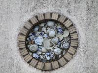 砥部焼を使った街角の飾り